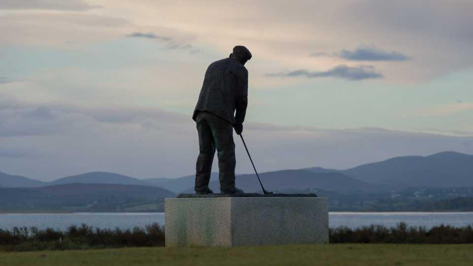 """Tom Morris står staty framför klubbhuset, med utsikt över """"sin"""" bana."""