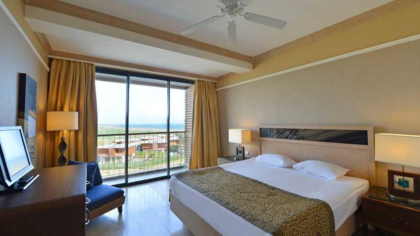 A standard room, this with a view of the golf course and the sea.