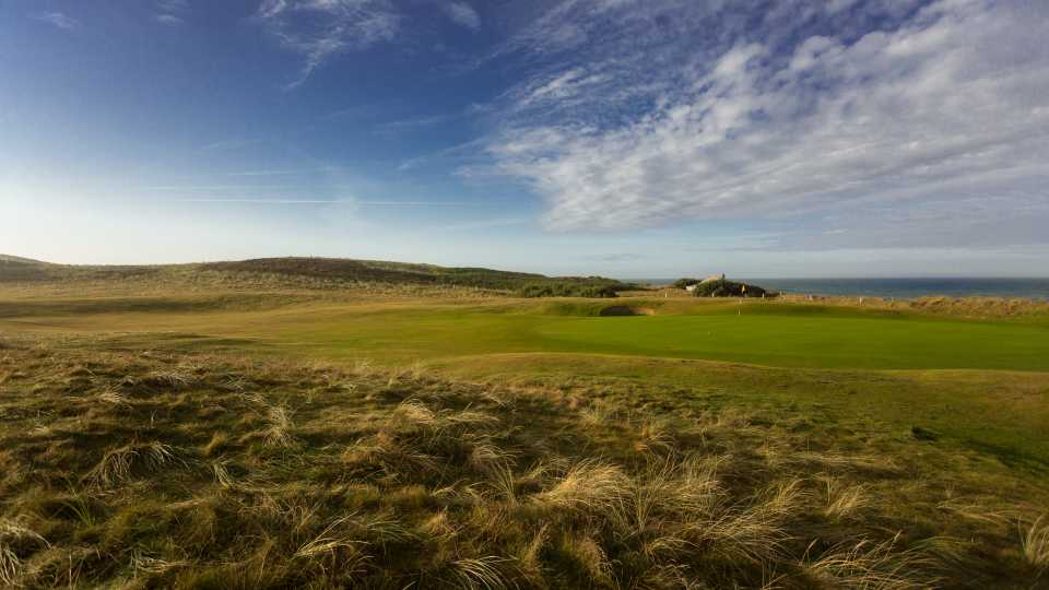 The 4th green at Trevose is right by the beach.