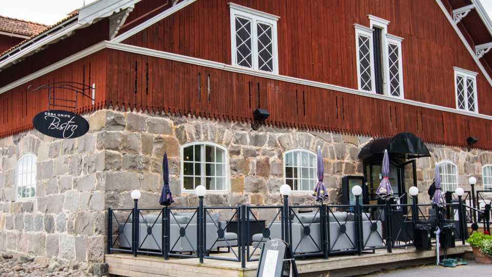 Klubbhuset med serviceanordningar och bistro är inhyst i en gammal stilfull ladugård.